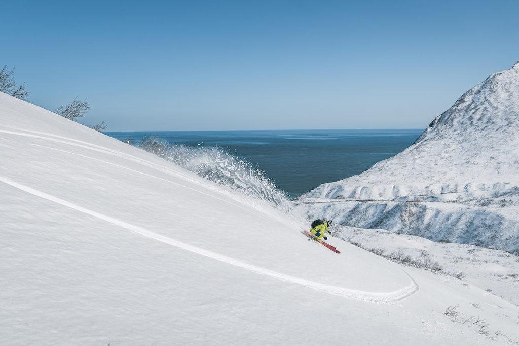 Skier au bord de l'océan pacifique