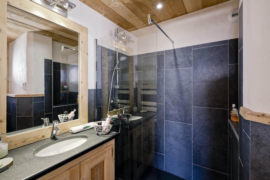chambre avec salle de bain chalet privé
